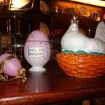 ÆG TIL PÅSKEN! Det russiske æg i midten proklamerer, at Kristus er opstanden. Det lille æg på vogn kom engang med parfumen (er nu nok mest til pynt), mens hønemor sørger for, at dine æg serveres med charme.
