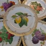 Desserten kan serveres smukt på de fine kongelige porcelænstallerkener i Perlestellet dekoreret af C.L. Klein, der var virksom ved Den kongelige Porcelænsfabrik 1825-1891