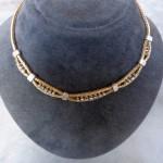 Et fint halssmykke 14 karat flettet rød-guld og besat med brillanter