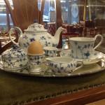 Blå-hvidt porcelæn fra Royal Copenhagen. Bagerst tepotte i Sommerfugl og forrest fra venstre smørdåse, æggebægre, sjælden flødekande og højhanket kop i Musselmalet