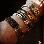 Et udvalg af armbånd, der ikke er lavet af guld