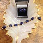 Armlænke og øreclips af 14 karat guld og lapis lazuli. Armbåndet og øreclipsene sælges separat.