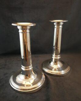 Et par sølvlysestager