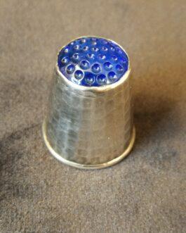 Sølvfingerbøl med blå sten
