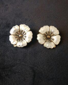 Et par øreclips af forgyldt sølv og hvid emalje