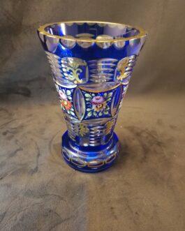Vase i blåt overfangsglas dekoreret med blomster og guld