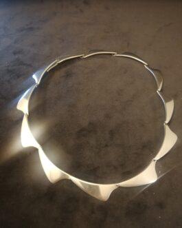 Halskæde af sølv i form af blødt trekantede led