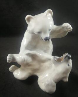 Isbjørneunger der leger